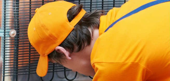 Technicien formé qui répare un congélateur en Outaouais